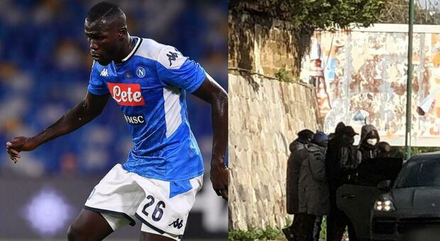 Il cuore di Koulibaly: regala giacconi del Napoli ai suoi connazionali ai semafori