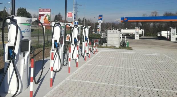 Auto elettrica, ricarica in un lampo: colonnine ultrafast di Enel X nelle stazioni di servizio IP