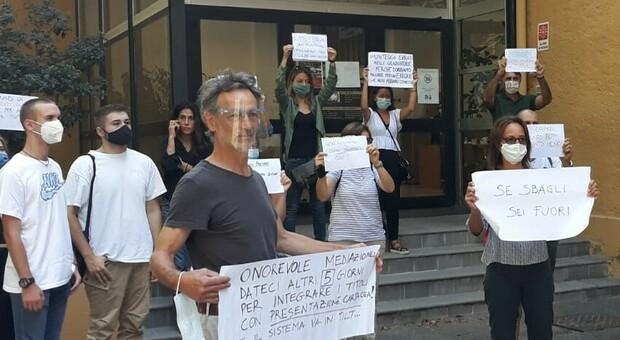Perugia, la protesta dei precari davanti all'Ufficio scolastico regionale