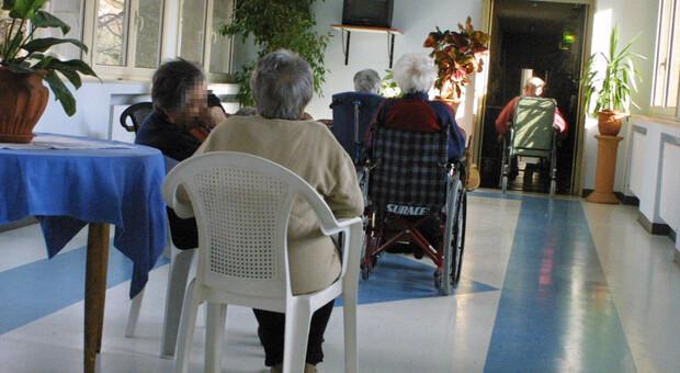 Anziani maltrattati e legati a letto in una Rsa di Civitavecchia: 17 arresti