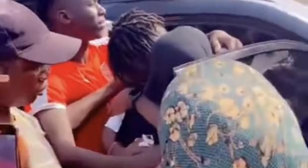Roma, Darboe torna in Africa e dopo 5 anni rivede la mamma: «Abbracciarla è la cosa più bella»