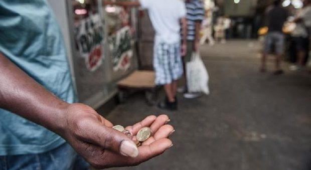 Casarano, rifiuta di fare l'elemosina fuori dal supermercato: nigeriano insegue cliente e lo prende a sassate