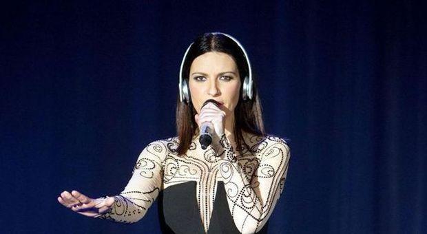 Laura Pausini dedica un brano al Papa che compie gli anni VIDEO