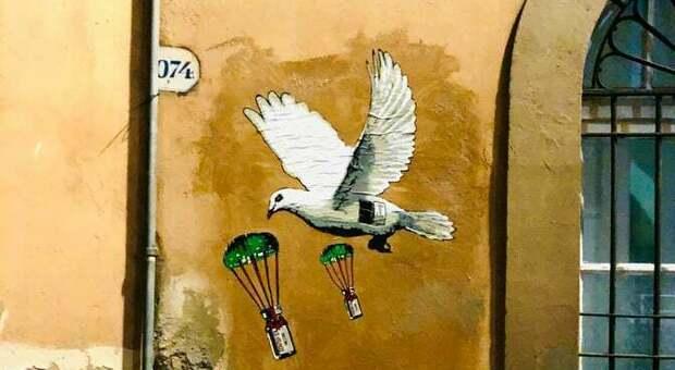 Roma, la colomba di Pasqua porta i vaccini: la street art di Harry Greb vola sul Ministero della Salute