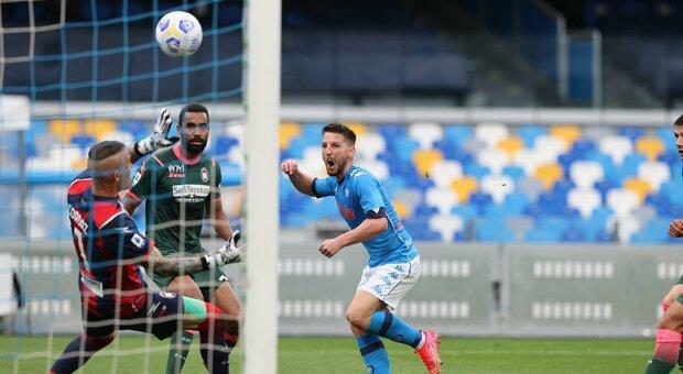 Il Napoli soffre contro il Crotone, ma vince 4-3: quarto successo di fila per gli azzurri