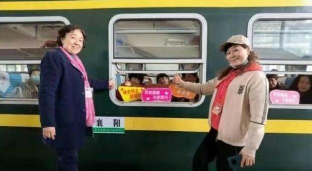 Covid in Cina, a Wuhan è partito il primo treno turistico: a bordo 900 persone, tour di due giorni