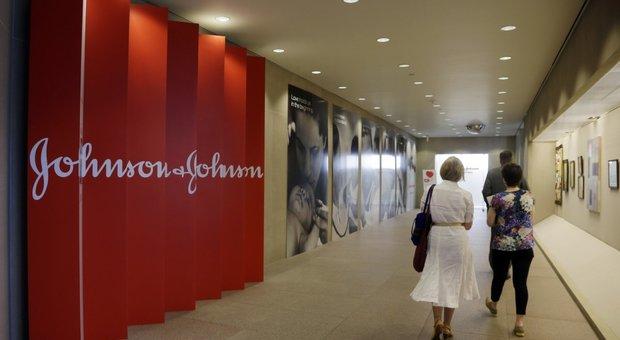 Johnson&Johnson ritira lotto di talco per neonati: tracce di amianto. Il titolo affonda