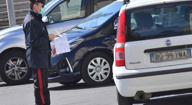 Evade dai domiciliari in taxi, ma quando vede i carabinieri si sdraia sul sedile. Arrestato pusher marocchino