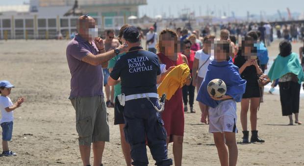 Tantissime persone sulla spiaggia di Ostia a prendere il sole