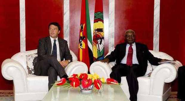 Renzi in Mozambico: «Da Eni un investimento da 50 miliardi». Descalzi assicura: «Non andremo via da Gela»