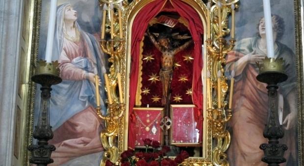 Coronavirus, a San Miniato vescovo espone il crocifisso