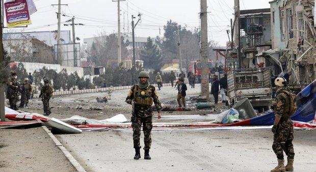 Afghanistan, kamikaze si fa esplodere davanti alla moschea degli sciiti: 10 morti e una ventina di feriti