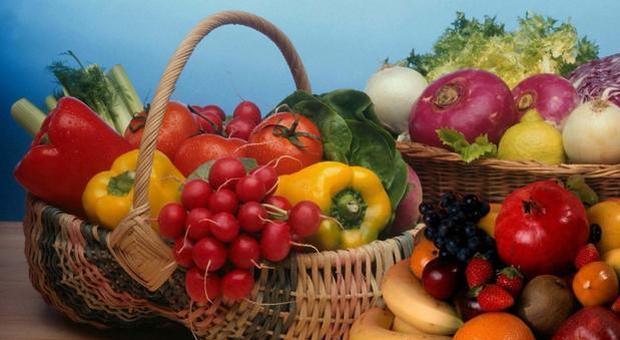 Alzheimer, il rischio della malattia dimezzato da frutta e verdura, grazie ai flavonoli