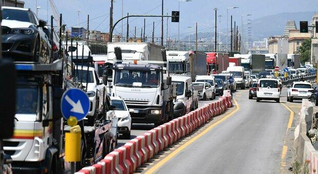 Autostrade in tilt a Genova, camionisti scendono dai tir e protestano: «Da ore sotto il sole»
