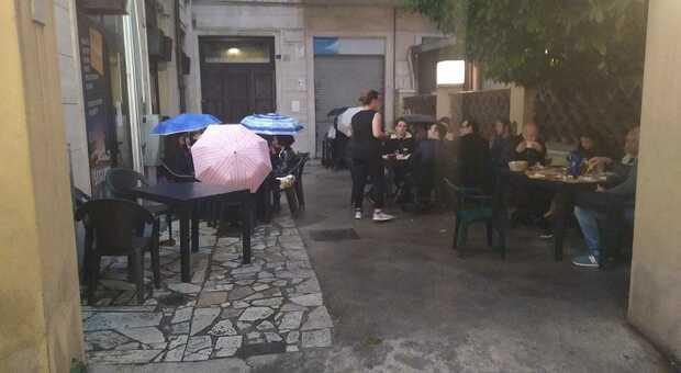 Terni, al ristorante con l'ombrello: la cena al tempo della pandemia
