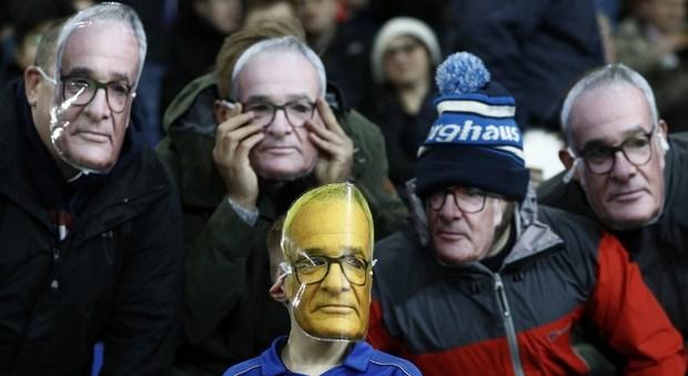 Leicester, il post Ranieri inizia col 3-1 al Liverpool Ma i tifosi indossano la maschera di Sir Claudio