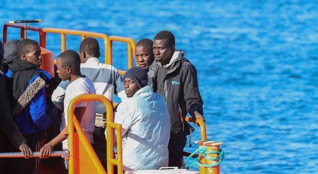 Migranti, sbarchi dimezzati nel 2019: 11.471 arrivi, il 14% accolto in Lombardia