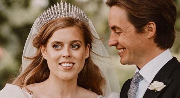 Beatrice di York si sposa, ma nelle foto non appare il papà principe Andrea: coinvolto in uno scandalo sessuale