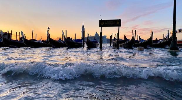 Acqua alta a Venezia, allarme in piena notte e vigilia di Natale sommersa: il Mose non si muove