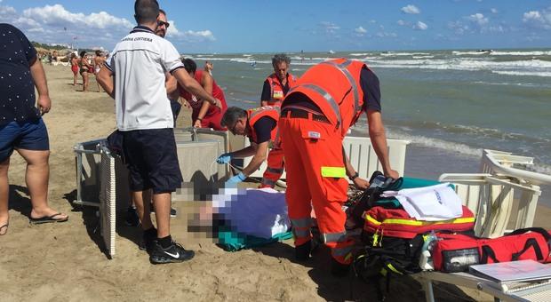 Si tuffa per aiutare bambini in difficoltà, papà muore annegato