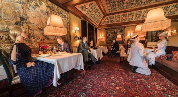 """Usa, riaperture post-virus: Lo chef """"tre stelle"""" invita i manichini al suo ristorante"""