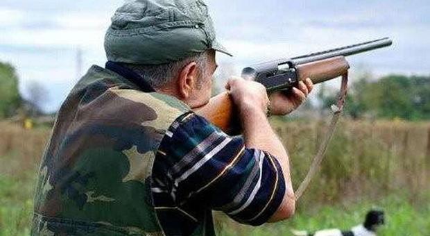 Con alcune fucilate colpisce un altro cacciatore al volto: vittima rischia di perdere l'occhio