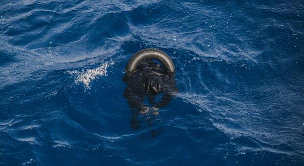 Migranti, 130 morti in un naufragio al largo della Libia. I soccorritori: «Navigavamo tra i cadaveri»