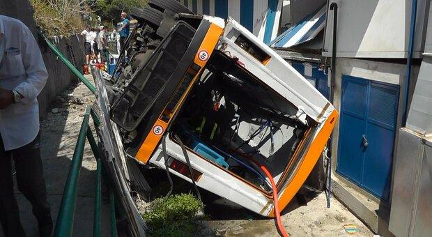 Incidente Capri, bus precipita da sei metri: ecco cosa è successo