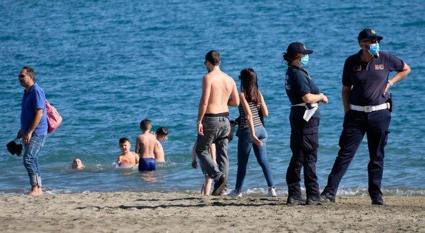 Spiagge, tra divieti e numero chiuso i comuni delle vacanze vanno in ordine sparso