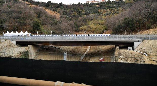 Maltempo, sale l'allerta: pioggia, vento e frane: chiuso un viadotto a Savona