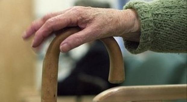 Brescia, veglia l'anziano marito morto da due mesi in casa: «Pensavo fosse vivo»