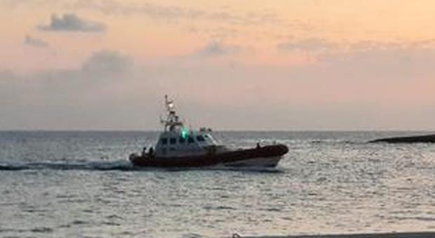 Lampedusa, affonda barca carica di turisti: passeggeri salvati dalle motovedette