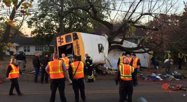 Usa, lo scuolabus si schianta contro un albero: morti sei bambini a Chattanooga
