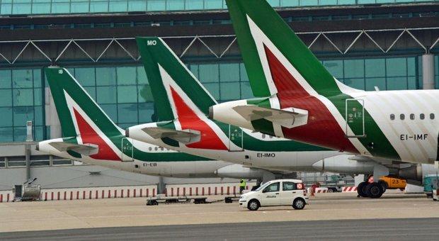 Alitalia, vendita dopo gli esuberi: azienda divisa in due e il volo a Lufthansa