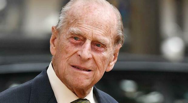 Il principe Filippo ha un'infezione, resterà in ospedale ancora per «diversi giorni»