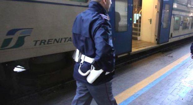 Controllore aggredito da baby-gang sul treno: pestato e scaraventato giù a Senigallia