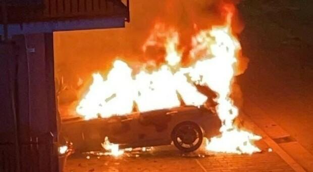 Fondi, fiamme e paura: un'altra macchina bruciata