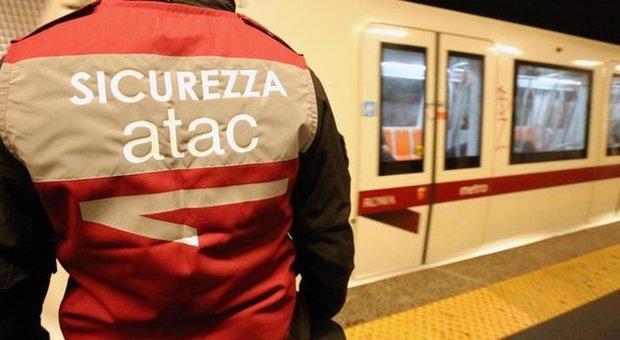 Roma, metro Ottaviano, vigilante evita un borseggio, pestato dal branco, calci ad addetta dell'Atac