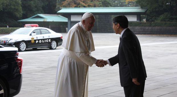 Il papa stringe le mani all imperatore del Giappone