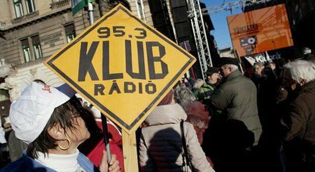 Ungheria, chiude l'unica radio che critica Orban. Il direttore: «È un'esecuzione»