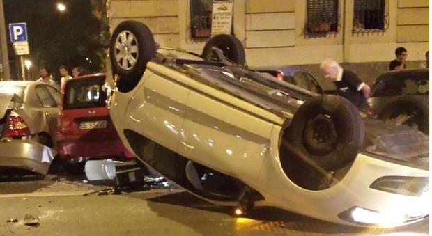 Roma, auto perde il controllo e si ribalta: ferita una donna