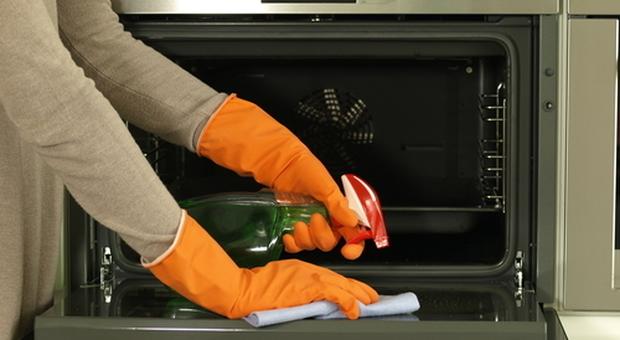 Pulire il forno: quante volte lo fai? Ecco le regole per mantenerlo efficiente