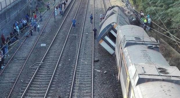 Spagna, treno deraglia nel nord del Paese: almeno due morti e molti feriti