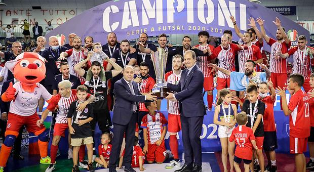 Calcio a 5, secondo scudetto per Pesaro, decide la vittoria alle 2 di notte. 20 trofei per Colini e Canal