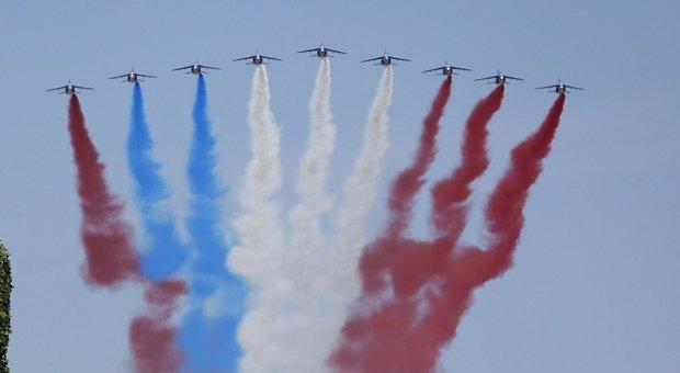 Francia Gaffe Alla Parata La Pattuglia Crobatica Inverte La Bandiera