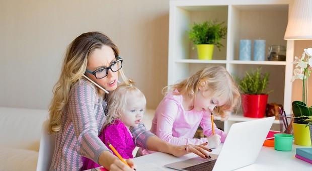 Lavoro, la differenza di genere sugli stipendi cala ma resta alta: alle donne record di part-time