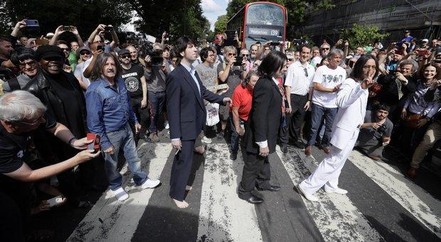 Beatles, 50 anni fa la foto ad Abbey Road: il ricordo dei fan