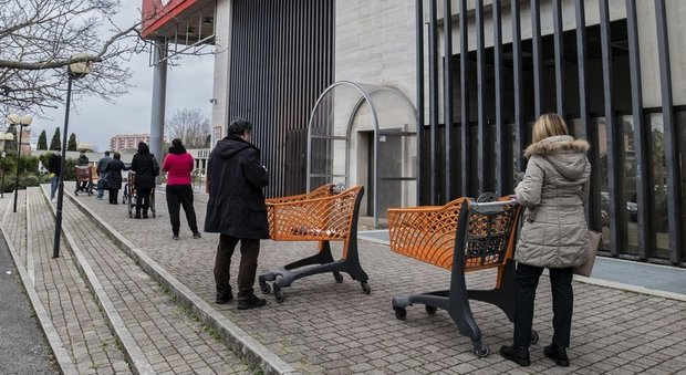 File davanti ai supermercati