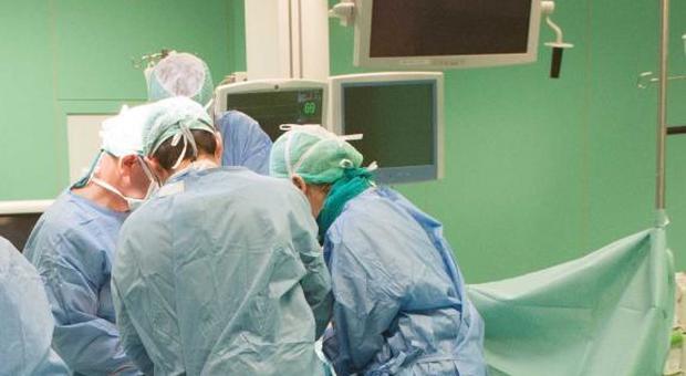 Ancona, in ospedale per partorire ma qualcosa va storto: morta mamma e il feto