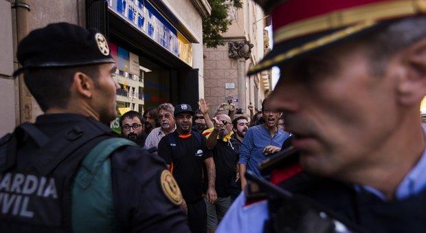 Catalogna, gli albergatori sfrattano la polizia dopo le violenze